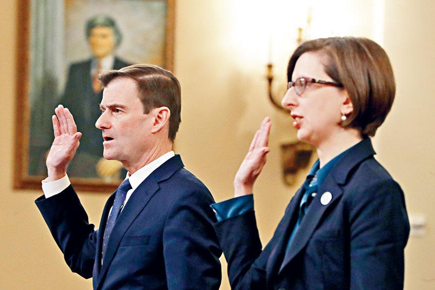 助理副國防部長庫珀(右)及國務次卿黑爾(左)出席20日第二場彈劾調查公開聽證會。     美聯社