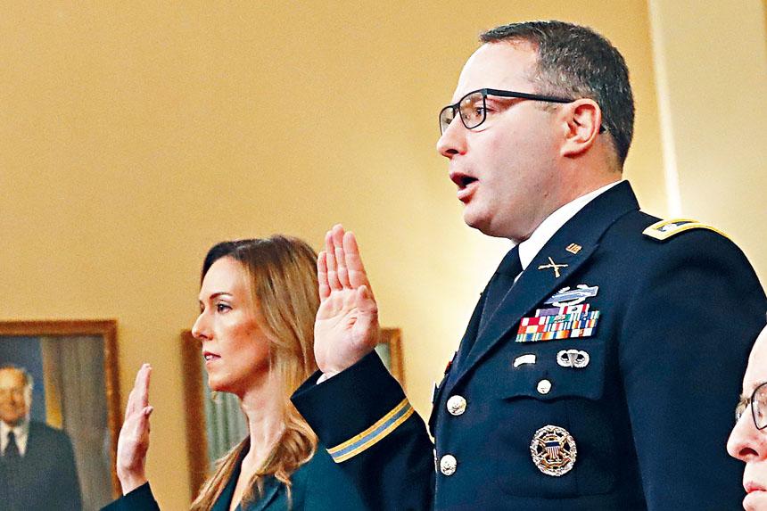 副總統彭斯的外交顧問威廉斯(左)和國家安全委員會歐洲事務主管溫德曼(右)在公開聽證會宣誓作證。美聯社