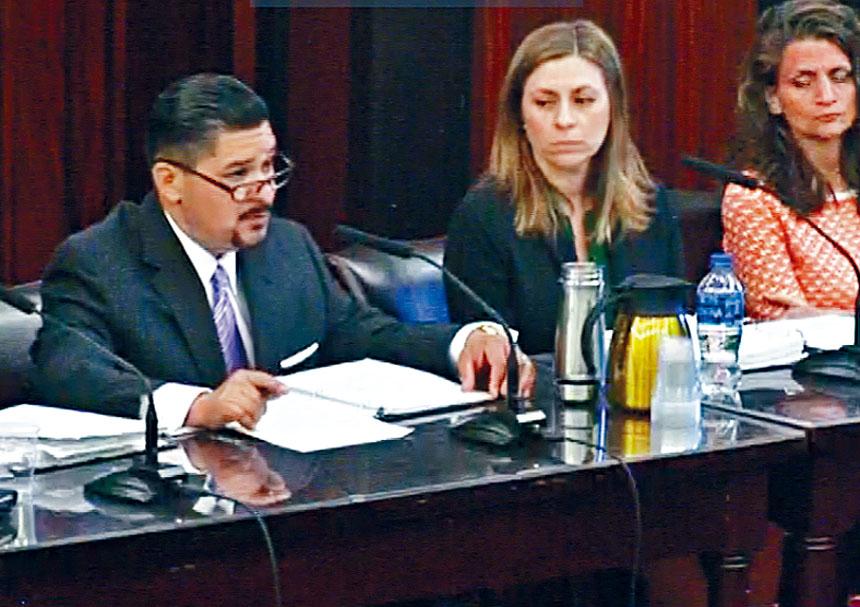 教育總監卡蘭扎在議會公聽會上發言。   資料圖片