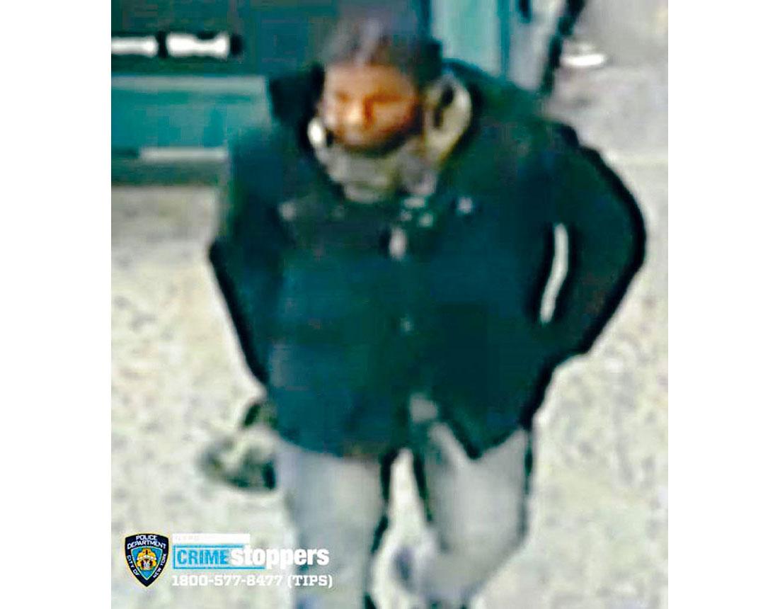 皇后區秋園與友聯大道地鐵站發生非裔男子以利刀刺傷一名19歲男子的罪案,警方發出涉案嫌疑人照片,呼籲民眾提供消息破案。