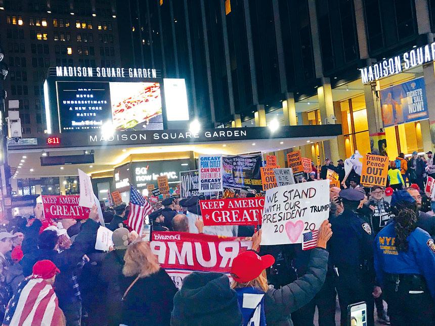 在麥迪遜廣場花園門外有大批示威者聚集。推特圖片