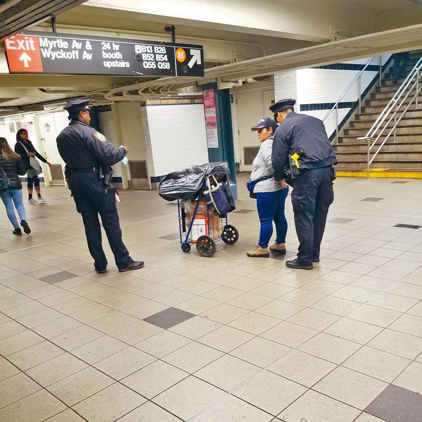 再有一名在地鐵站售賣小食的小販被捕。推特圖片