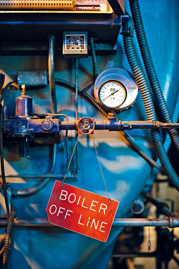 政府樓鍋爐日久失修,令暖氣及熱水供應故障頻生。Kholood Eid/紐約時報