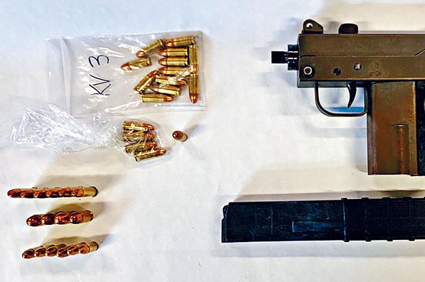 警方在海爾住所內搜出一支半自動手槍及擴充容量彈匣。推特圖片