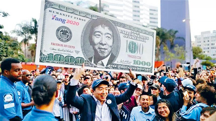 楊安澤手舉印有自己頭像的宣傳牌。檔案圖片