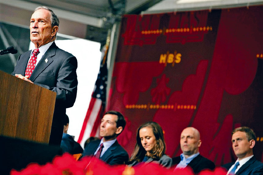 彭博在哈佛大學畢業典禮中發表演講。檔案圖片