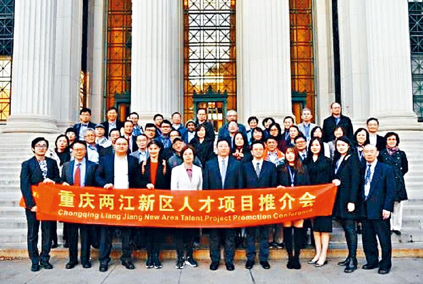 重慶市代表團成員在MIT主樓前合影。      檔案圖片