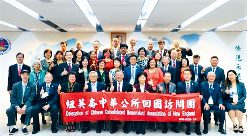 呂元榮(前排左五)同中華公所代表團成員合影。 主辦方提供