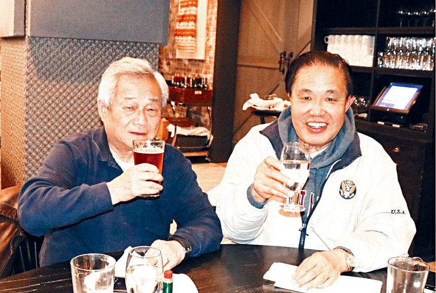 (左起)陳家驊、李蔚華兩位政大校友相聚甚歡。李強攝