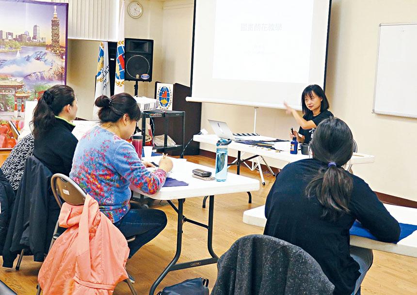 林賢琦老師指導畫蘭花的技巧。