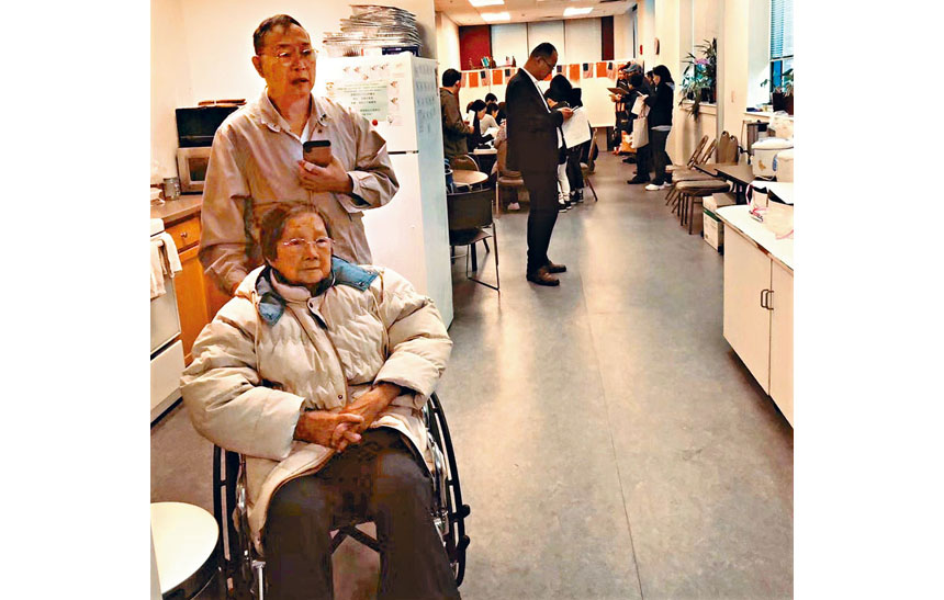 一位老太太坐輪椅前來辦證。