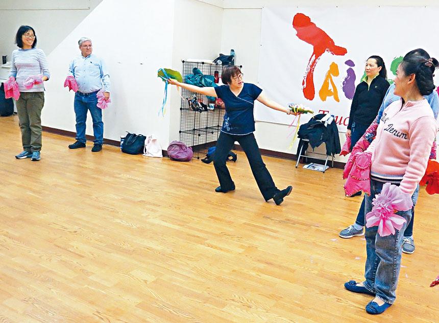 路永宜老師示範舞蹈動作。