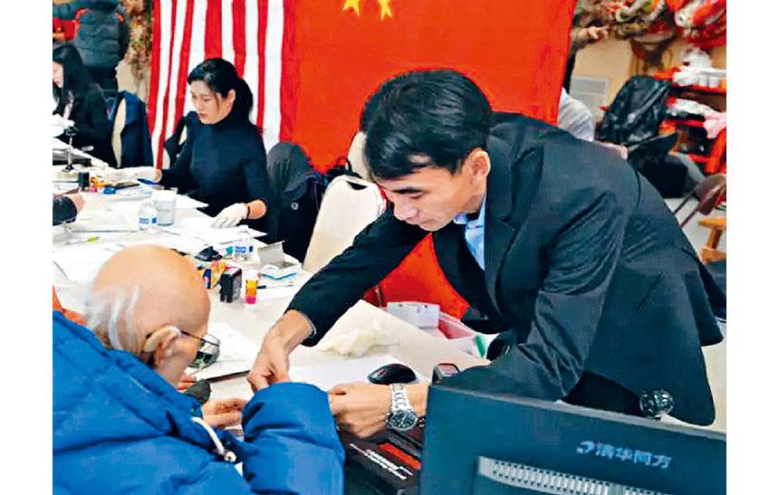 領館工作人員幫老人填表。