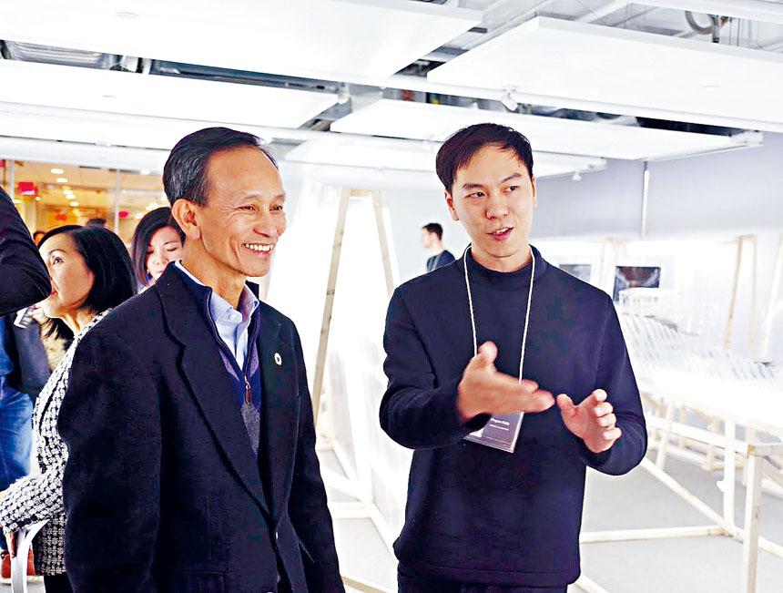 范文南副廳長(左)參觀展品。