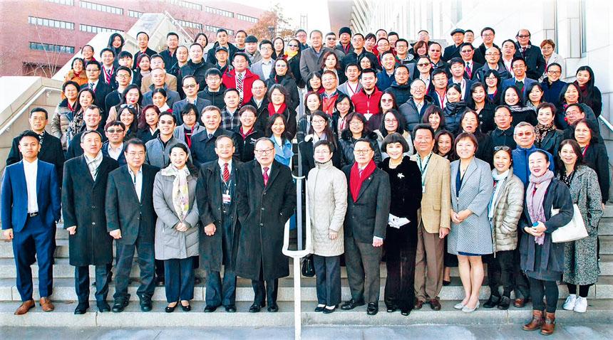 部分與會者在麻州大學波士頓分校校園合影。主辦方提供