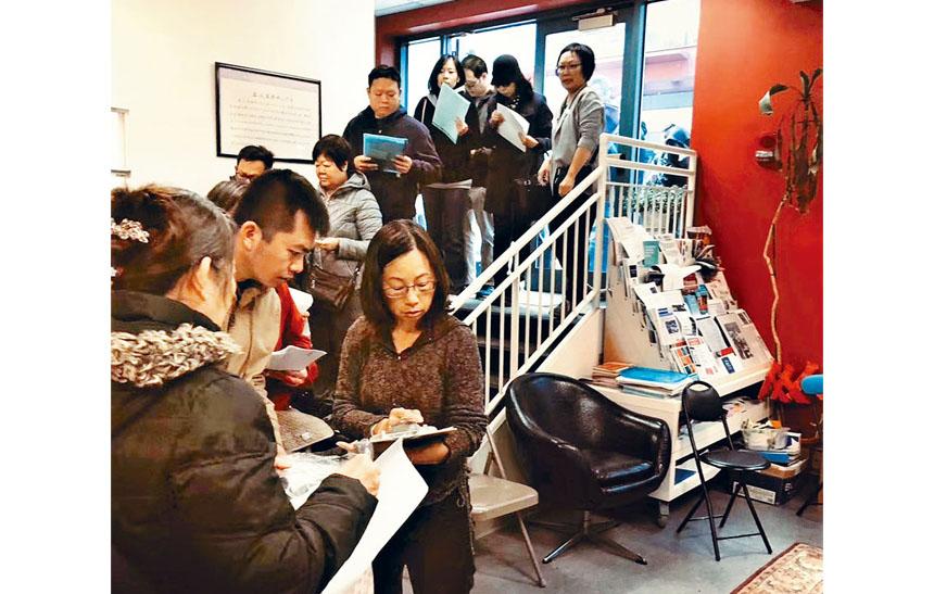 華人前進會工作人員核對表格。