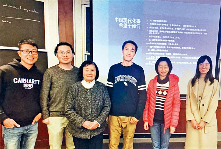 姚蜀平(左三)同部分與會者合影。主辦方提供
