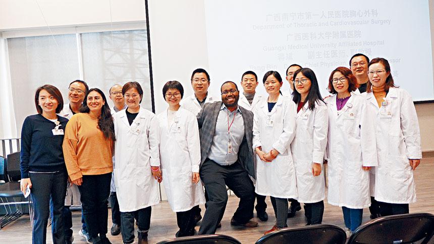 聖安東尼醫院與中國醫師交流訪問團在華諮處為僑胞講健康與疾病的講座。圖:聖安東尼醫院社區外展負責人蕊達(前左2)帶領來自廣西的交流醫生訪問華諮處。梁敏育攝
