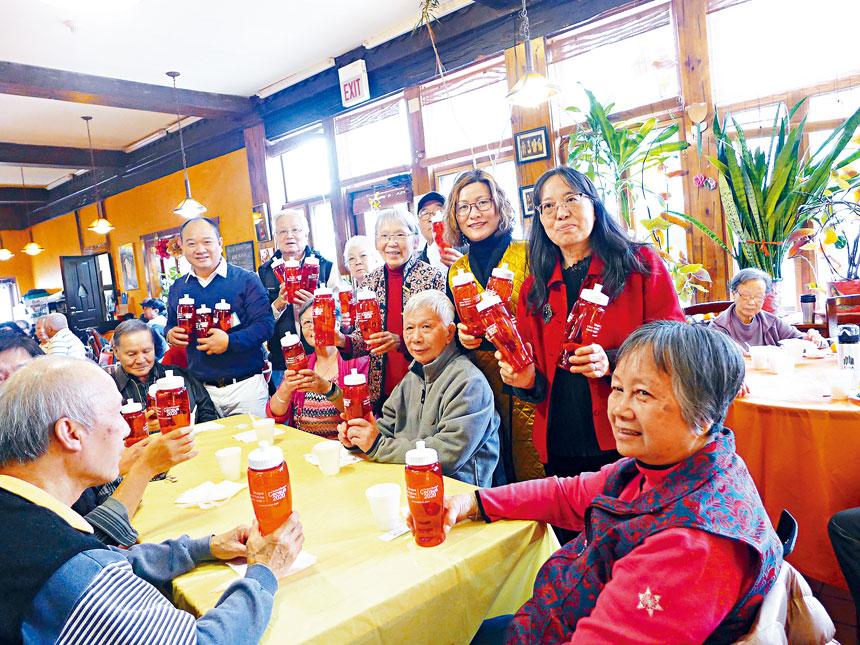 與耆老們歡樂過感恩節。圖後立右起:黃呂玉瓊、陳太太、鄔亮珊、陳健明合影。