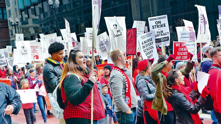 芝加哥公立學校教師工會,聲勢浩大的在街頭進行罷課,讓36萬芝加哥學童無法上課,他們獲得空前的勝利,五年增長薪酬16%以及各種福利。梁敏育攝