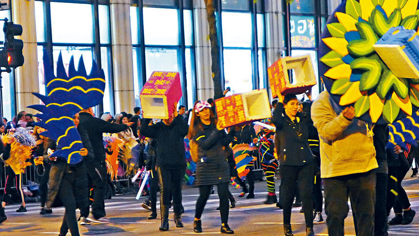 芝加哥的文化團體在遊行中都盡量的出奇制勝,讓兩旁的觀眾叫好。梁敏育攝