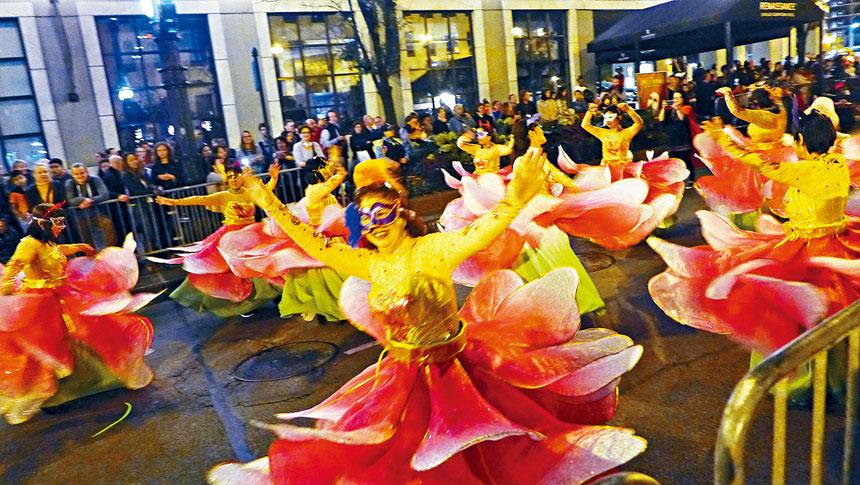 華人社區融入主流社會的各項活動不落人後。文化一英里黑夜大遊行,代表華社的牡丹仙子在遊行隊伍中載歌載舞的,觀眾都看的眼花繚亂,熱烈的掌聲是她們的鼓勵。梁敏育攝