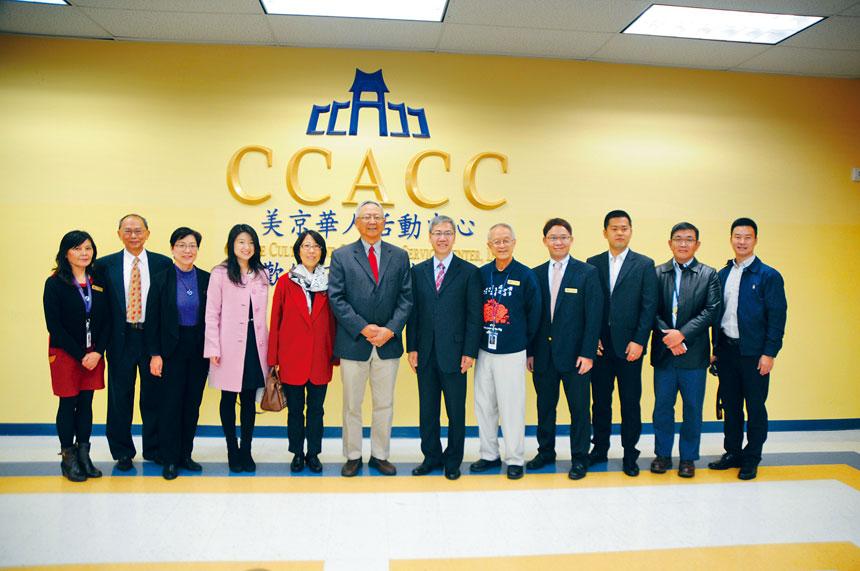鍾瑞明公使一行參訪CCACC,并與中心領導層成員合影。本報記者胡疏資攝影
