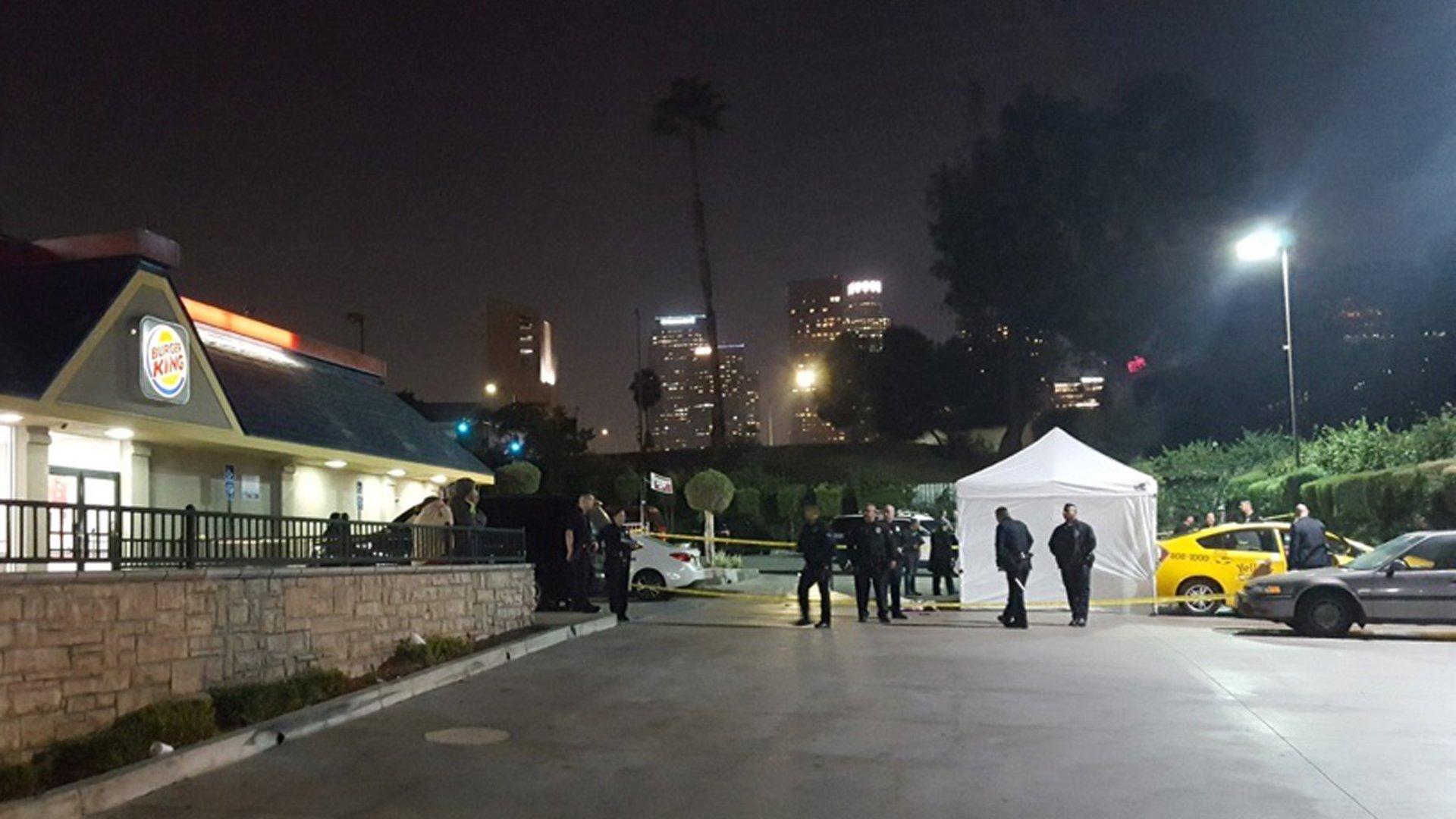 洛杉磯市中心一名出租車司機15日晚間在速食餐廳停車場被乘客當街殘忍刺死。KTLA 5