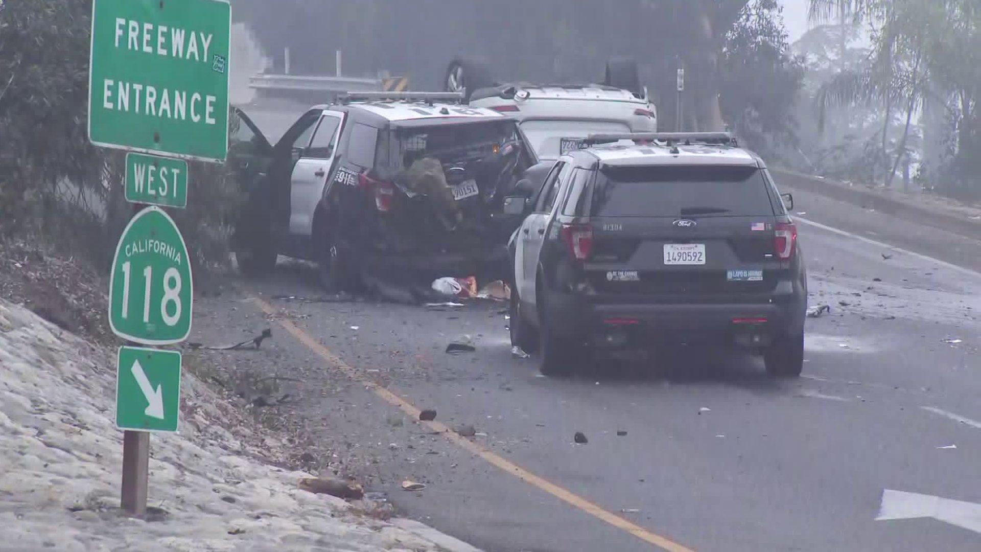 警匪追逐戰追出車禍 4名LAPD警員和2名劫車嫌犯紛紛掛彩。洛杉磯時報