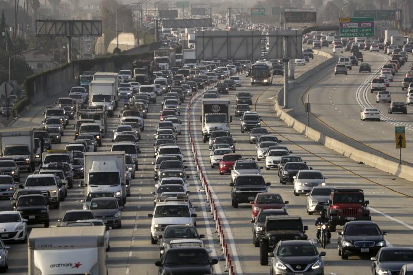 感恩節假期即將來臨,AAA建議最好避開11月27日下午時段上路,否則將陷入車陣,花費更多時間抵達目的地。洛杉磯時報