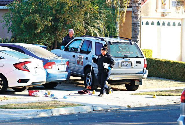警方罪案鑑證人員周一繼續在案發現場蒐證。美聯社