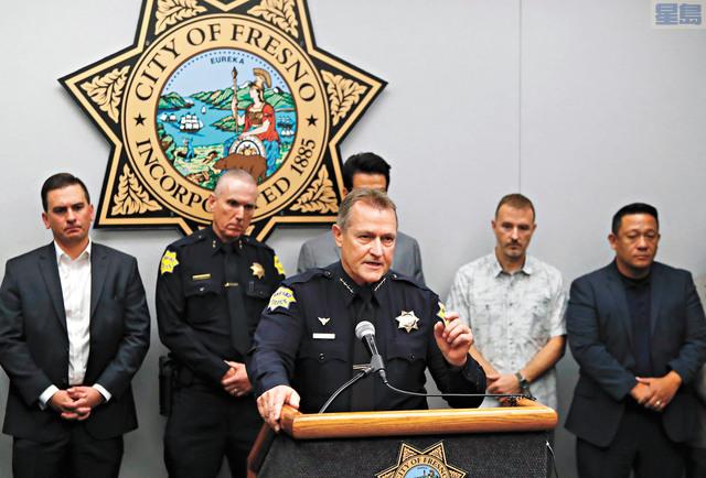 佛斯盧警察局長荷爾(前)向媒體介紹案情調查進展。美聯社