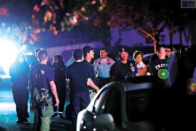 大批警員和應急人員事發當晚聚集案發現場。Larry Valenzuela/佛斯盧蜂報/美聯社