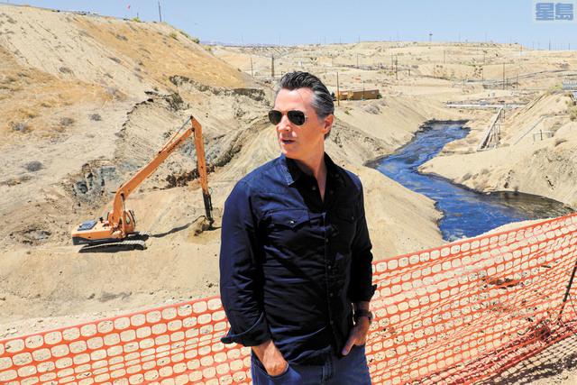 紐森採取兩項措施針對油商,包括禁止批發水力裂壓許可,以及暫停高壓流鑽新井。圖為他今年7月視察雪佛龍於中谷高壓流鑽井漏油意外的現場。美聯社資料圖片