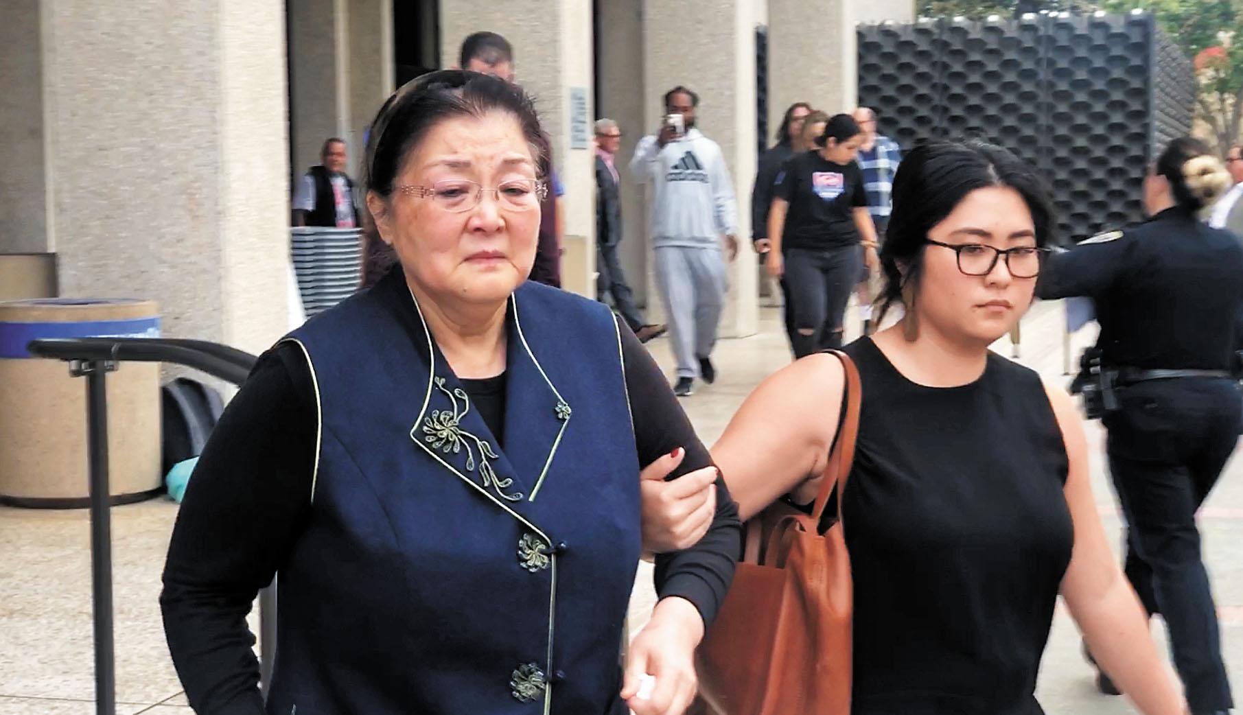 李凡尼母親李繼紅離開法庭。本報記者彭詩喬攝