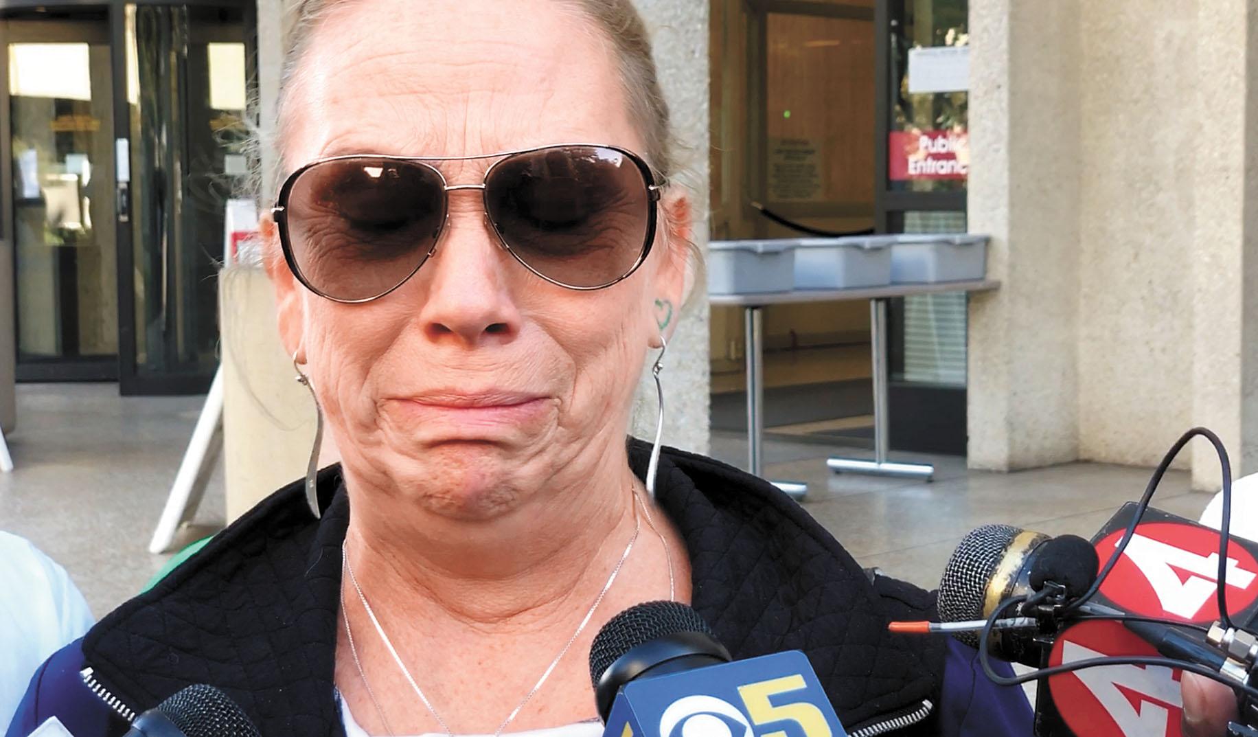 死者格林母親在庭外對媒體哭訴,不想失去孫女監護權。本報記者彭詩喬攝