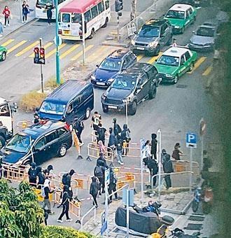 一批蒙面黑衣人在屯門置樂花園附近用膠馬堵路。