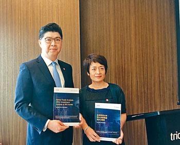 楊斌官(左)阿里「回歸」備受關注,此舉讓客戶對港的金融業信心更大。