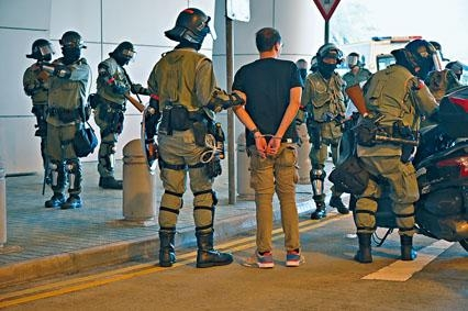 示威者與警方爆發衝突,防暴警在理大附近拘捕可疑人。
