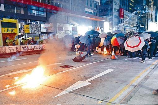 示威者組成傘陣,再投擲汽油彈。