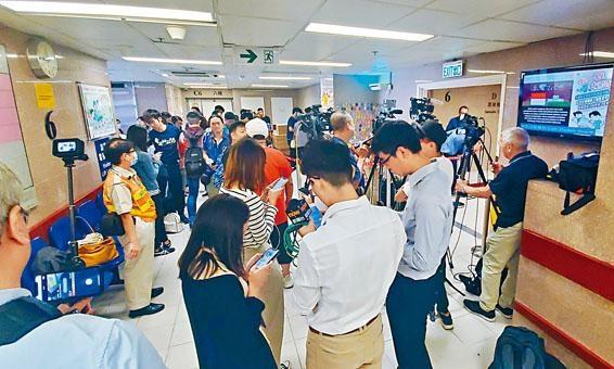 科大學生代表及傳媒在醫院等候。