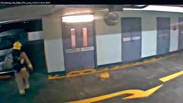 消防員前往周梓樂倒卧二樓現場。
