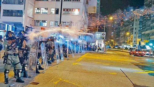 防暴警在彌敦道近窩打老道,施放催淚彈驅散堵路示威者。