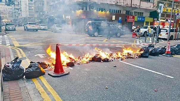 示威者縱火焚燒路障雜物。