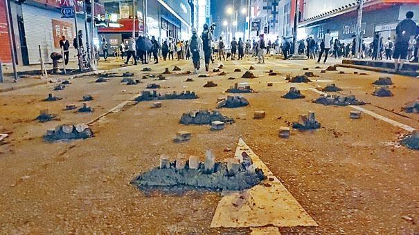 示威者用混凝土與磚頭在彌敦道設路障。