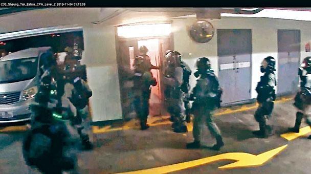 防暴警員到場,部分人走近了解救援情況,一分鐘後離開。