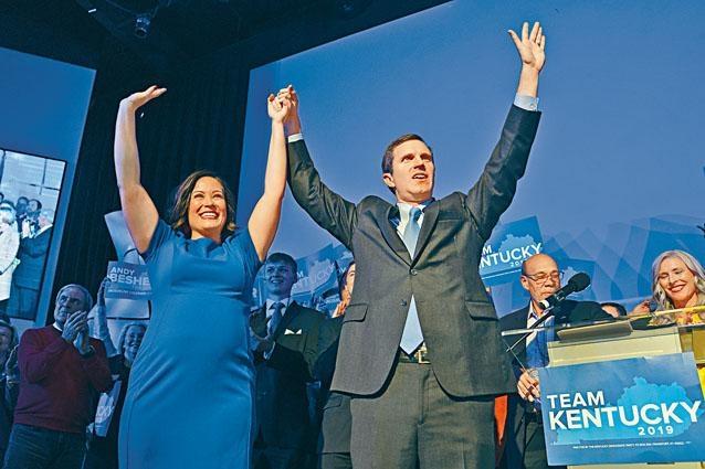 民主黨肯塔基州長候選人貝希爾(右)和競選拍檔周二接受支持者歡呼。