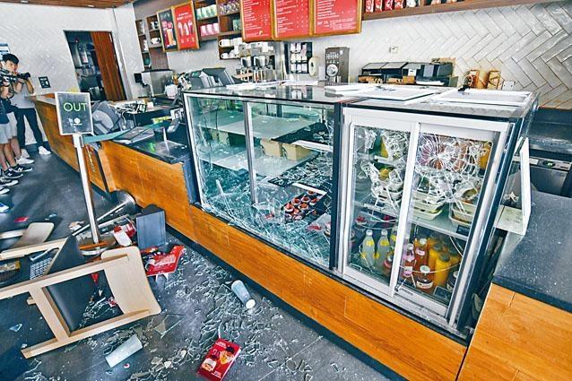 校內美心集團旗下咖啡廳及餐廳遭破壞。