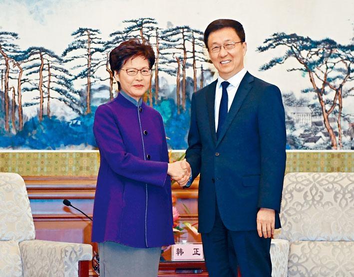 國務院副總理韓正(右)接見林鄭月娥,並對她與特區政府的工作,以及香港警隊克盡職守的表現充分肯定。