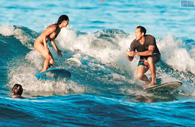 夏威夷海灘沖浪求婚戒指墮海,男子終得美人歸。美聯社